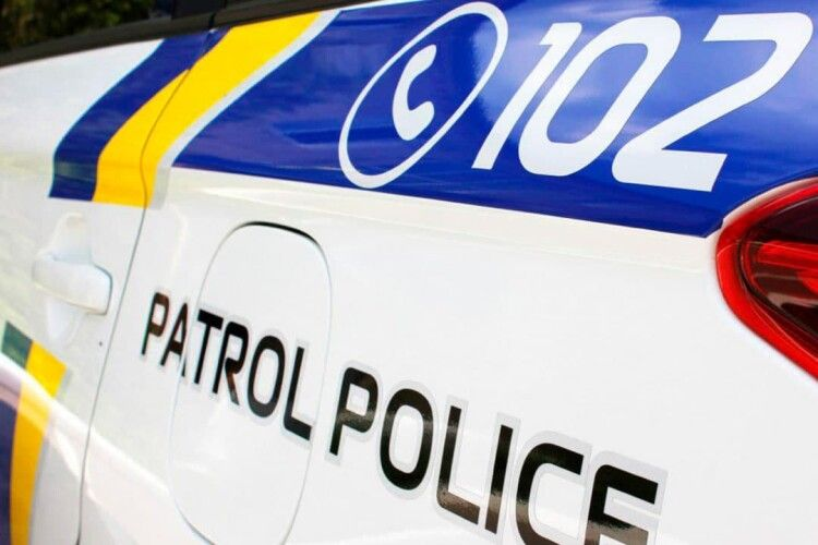 У нападника на поліцейського вилучили пістолет. Зловмиснику оголосили про підозру