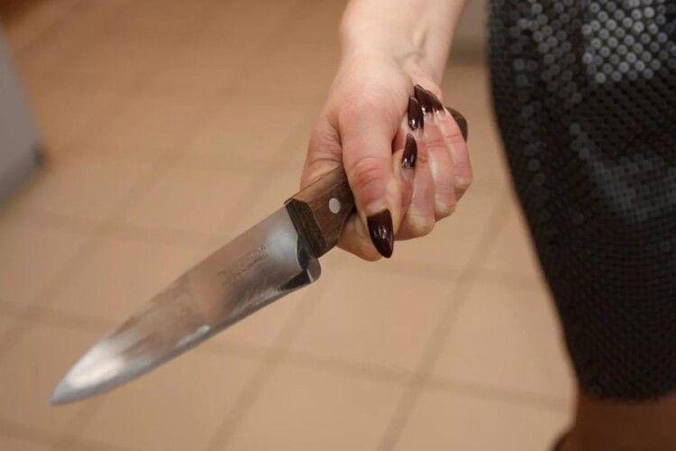 Жінка зарізала свого чоловіка у будинку куми