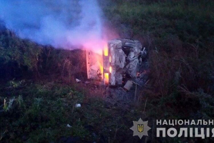 Після зіткнення одне авто перекинулося і загорілося: у моторошній ДТП вже 5 загиблих, з них 3 дітей (Фото)