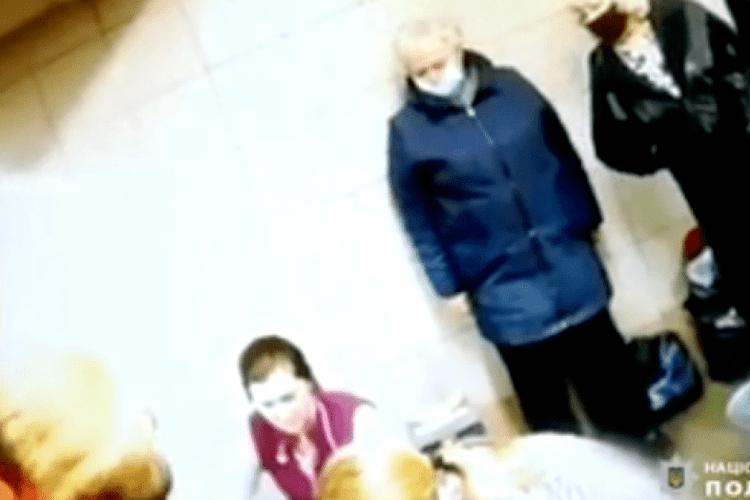 Народжувала на очах у перехожих: з'явилося відео екстремальних пологів