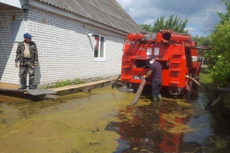 У камінь-каширському селі відкачують воду