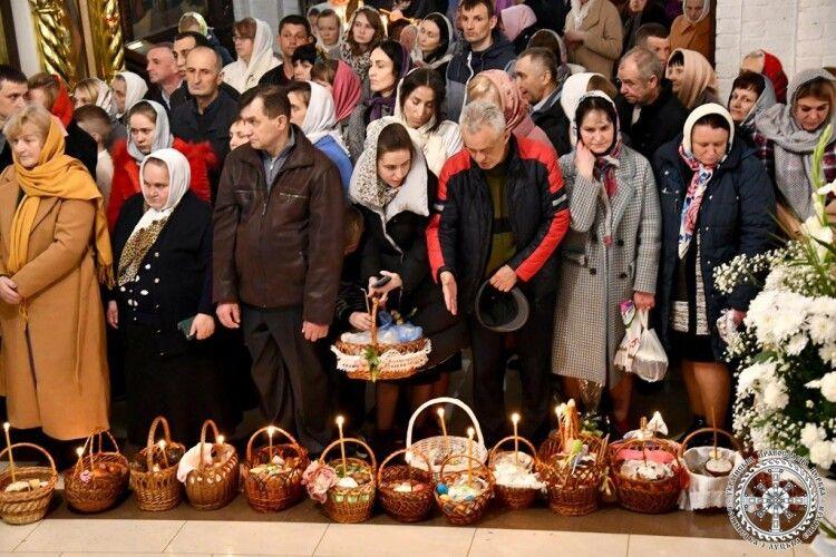 Скільки людей прийшло на Пасхальне богослужіння в кафедральний собор Всіх Святих землі Волинської (Фото)
