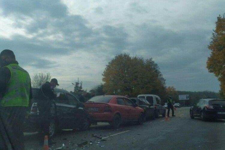 Поблизу Луцька аварія:  зіткнулись 5 авто, рух ускладнений