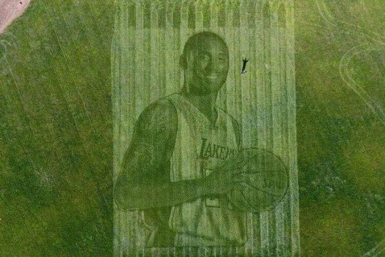 У Каліфорній сімейна пара фермерів створила гігантський портрет загиблого баскетболіста Кобі Браянта на трав'яному полі (відео)