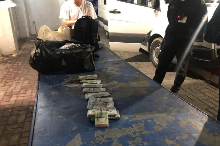 Двоє українців спробували провезти через кордон понад 70 тисяч доларів США та ґаджети на пів мільйона гривень (Фото)