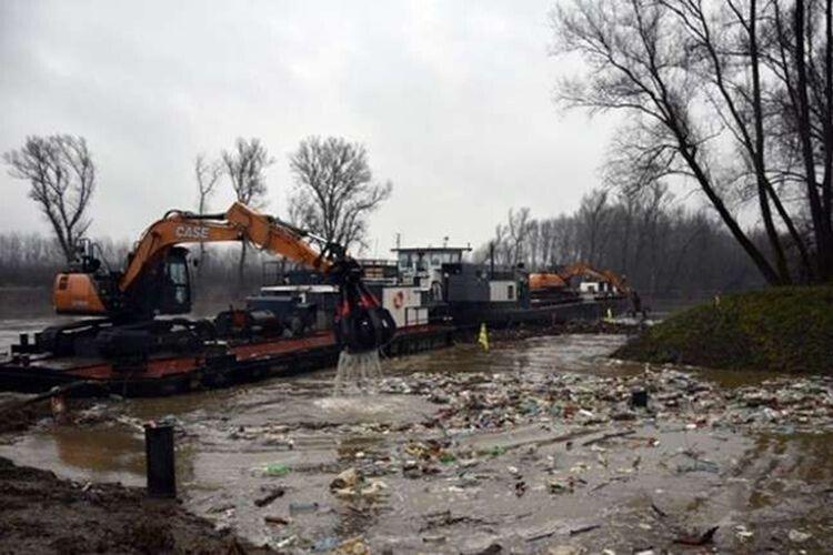 В Угорщині спеціальна машина ловить сміття з України