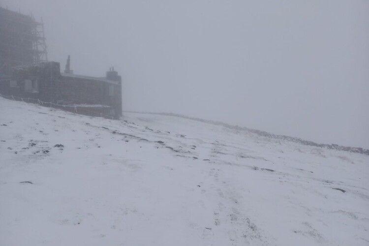 Зима напередодні літа: гору в Карпатах замело снігом (Фото)