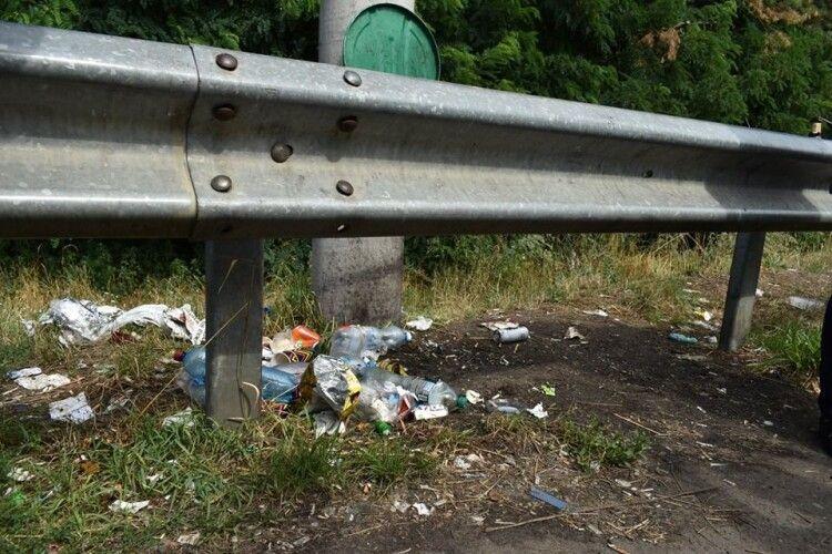 На «Ягодині» узбіччя потопають у смітті