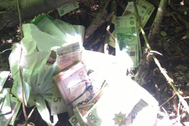З'явилося відео затримання грабіжників, які відібрали барсетку у валютного міняйла в Нововолинську