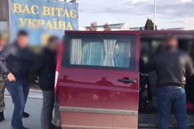 Затримали іноземця за спробу переправити українок до борделю в Німеччині (Відео)