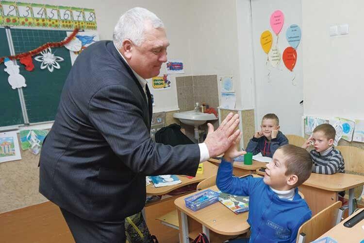 Валерій Панасюк навіть коли очолив сільгосппідприємство, інадалі працював вчителем