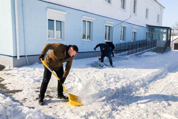 Як нововолинці разом із міським головою чистили сніг (Фото)