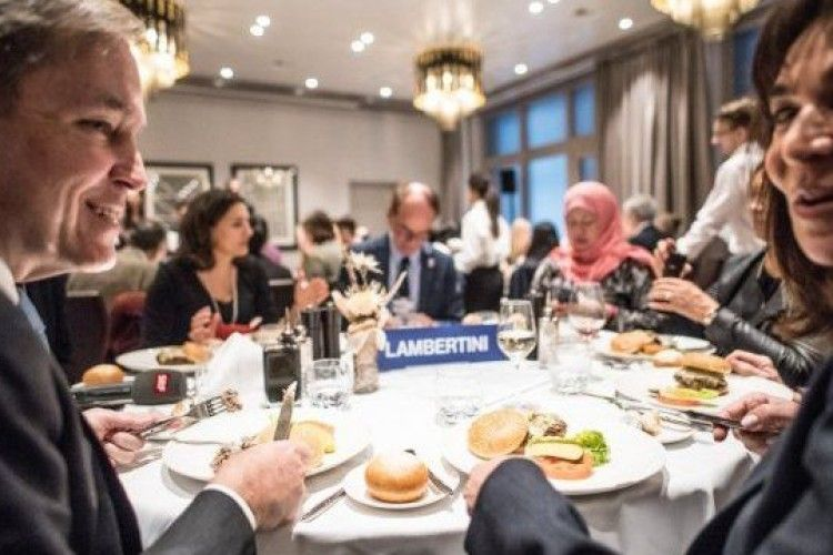 На сніданок з Трампом приїхали кілька десятків українців