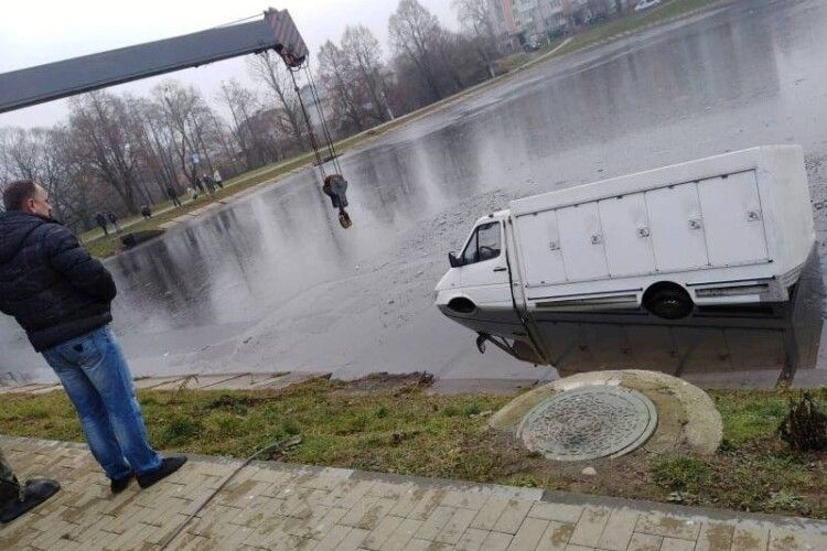 На Львівщині мікроавтобус в'їхав в озеро (Фото)
