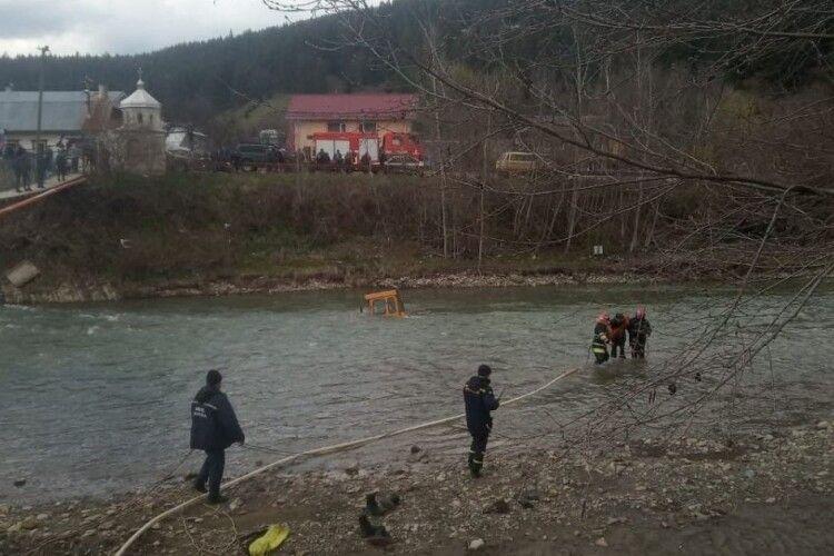 Рятувальники врятували тракториста, який хотів переїхати річку і ледь не потонув