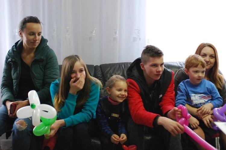 До дітей, які лікуються у Локачинській районній лікарні, завітав казкар