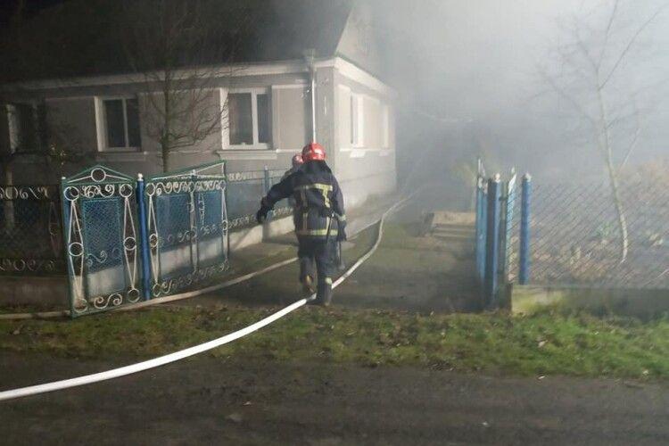На Рівненщині перед Різдвом 30 рятувальників майже до ранку гасили пожежу (Фото)