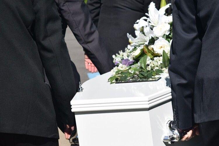 Почала дихати: жінка ожила на власному похороні (Фото)