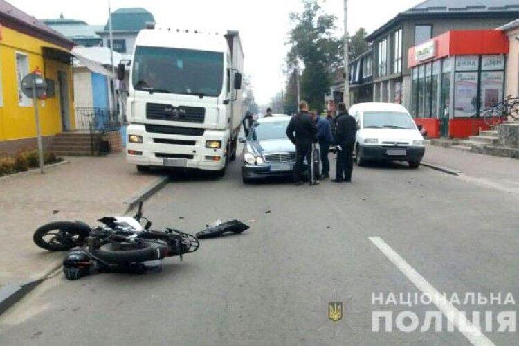На Рівненщині зіткнулися мотоцикл без номерів та автівка на «євробляхах» (Фото)