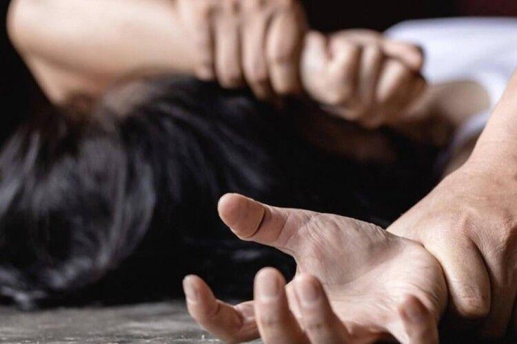 На гарячому впіймали 28-літнього збоченця, який намагався зґвалтувати 20-літню дівчину