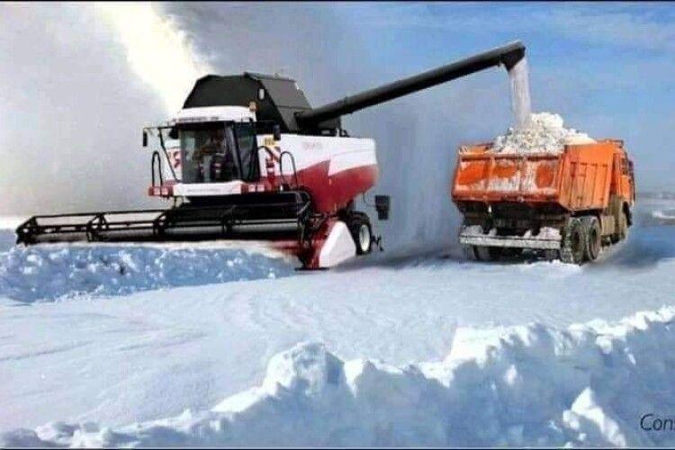 Сніг з луцьких доріг вивозять...  до Луцька (Фото. Відео)