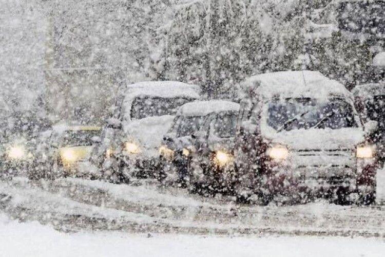 «Укравтодор» запровадив обмеження на дорогах Волині: снігова стихія навіть не думає вщухати