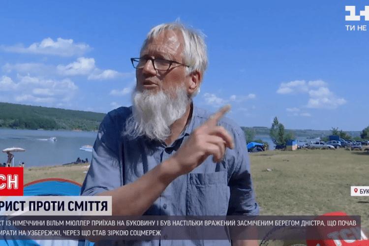 Турист з Німеччини не зміг дивитись на засмічену Україну і взявся прибирати