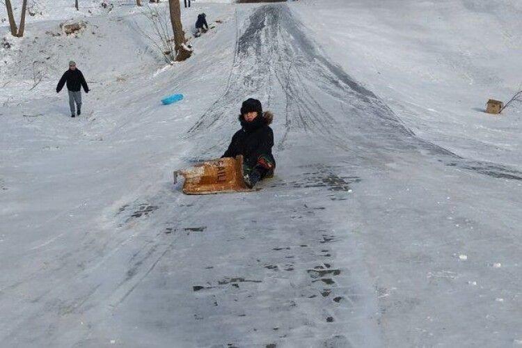 Через невдале катання на гірці у Луцьку оперуватимують чотирьох дітей