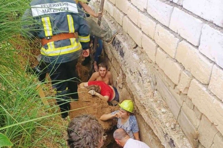Укріплювали фундамент: трьох людей засипало землею, є загибла (Фото)