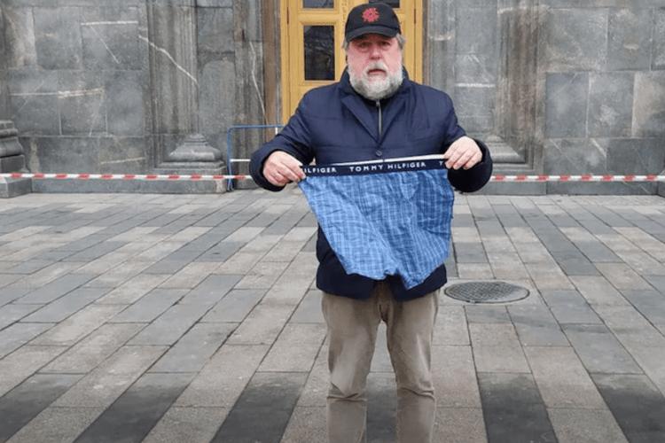Стояв біля ФСБ з трусами в руках: в Москві затримали кінорежисера, уродженця Львова