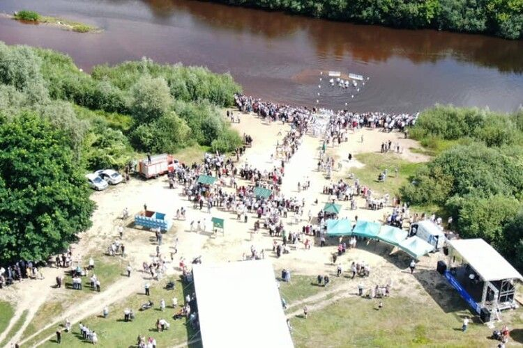 Понад 500 чоловік взяли участь в обряді водного хрещення на Рівненщині (Фото)