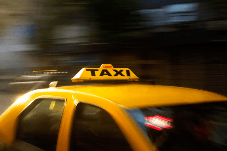Луцький таксист зламав клієнтці носа, бо мало дала