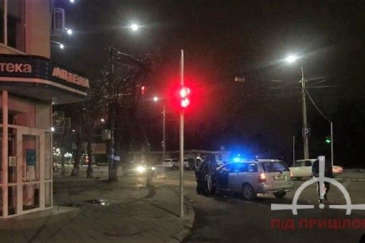 Небезпечний обгін: у Луцьку на перехресті сталась аварія (Фото)
