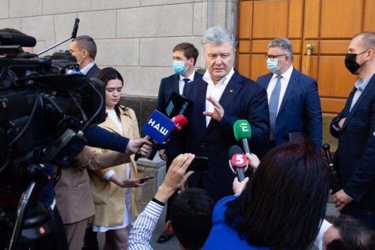 Адвокати Порошенка: він дав вичерпні відповіді у справі Медведчука-Козака