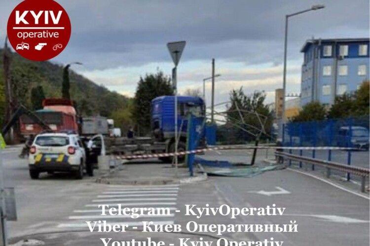 Вантажівка на швидкості знесла зупинку громадського транспорту (Фото)