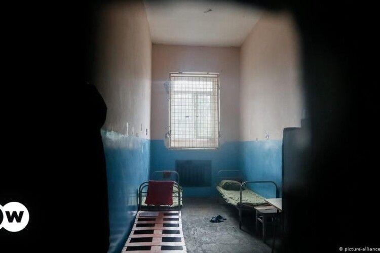 Двічі протягом року: засуджений волинянин прорив отвір у стіні камери
