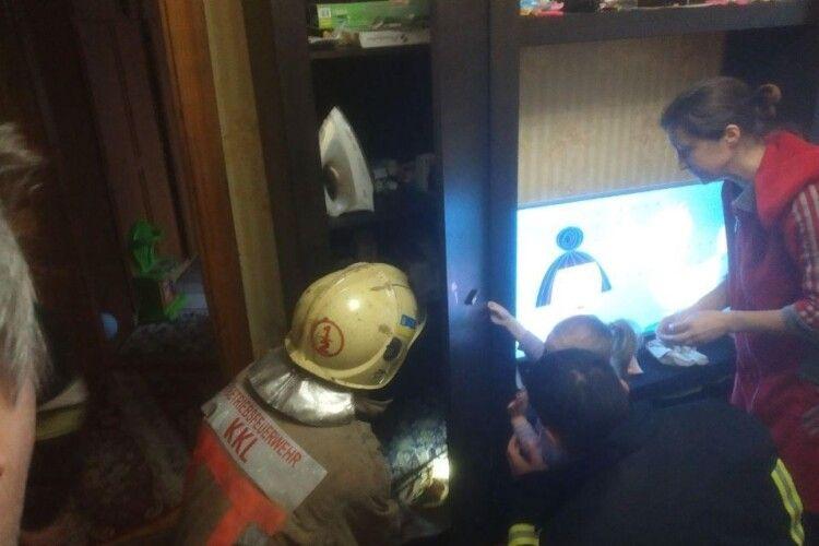 Чотирирічна дівчинка застрягла в шафі, визволяли рятувальники