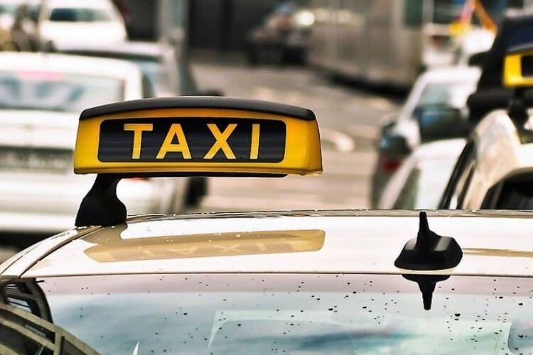 Луцькі таксисти попрацюють «Миколаями» - розвезуть подарунки 228 дітям з інвалідністю