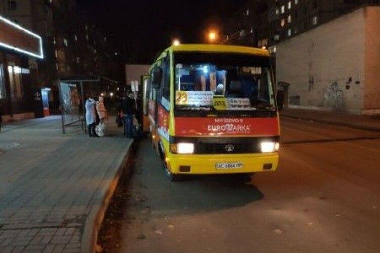 У луцькій маршрутці двері затиснули жінку, яка не встигла вийти,  і автобус протягнув її