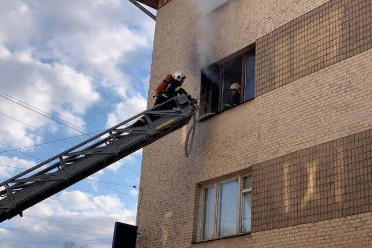 Пенсіонерка, рятуючись від пожежі, вистрибнула з вікна 3-го поверху і впала... на автомобіль
