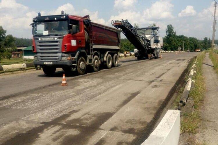 На Маневицькому мосту нарешті покладуть новий асфальт (фото)