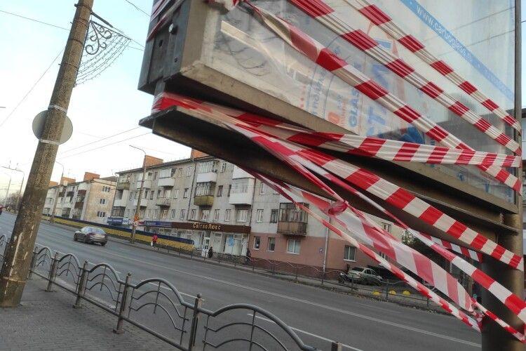 Травма може бути смертельна: у Луцьку встановили небезпечні рекламні конструкції. Їх позначили (Фото)