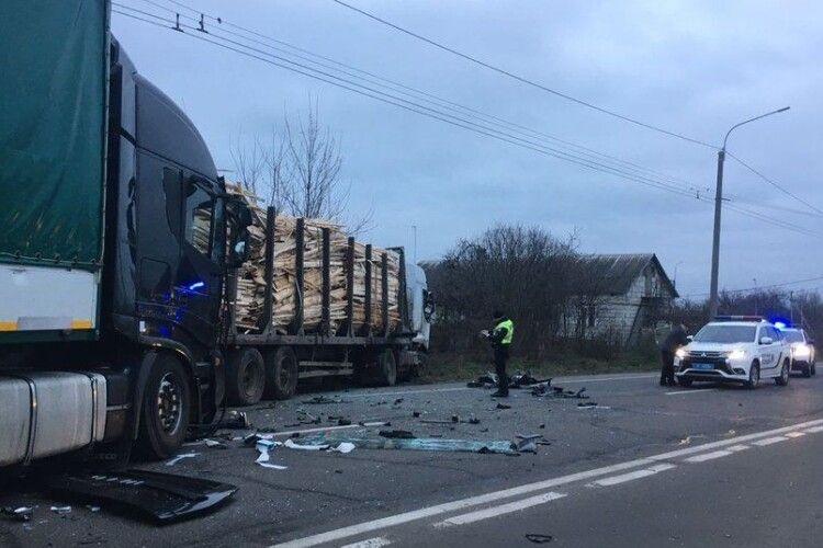 У Струмівці зіткнулися дві фури: відомі подробиці аварії (Фото)