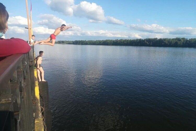 Підлітки стрибали у воду з річкового причалу