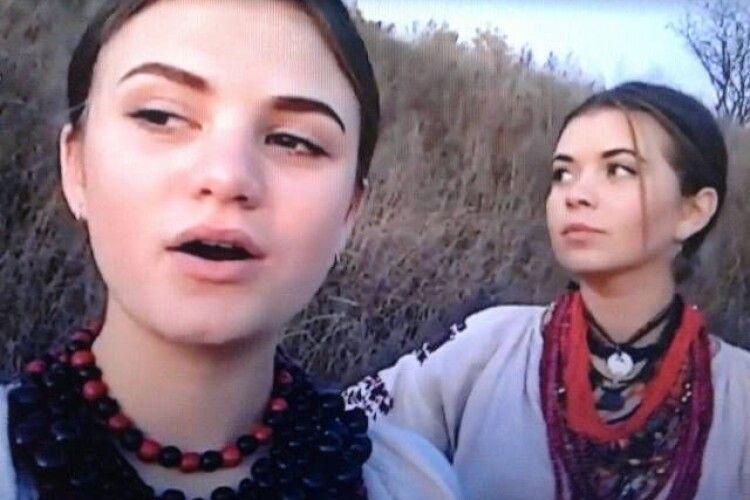 Сестри з Рівненщини заспівали у соцмережі й зібрали понад мільйон переглядів та пропозиції заміж (Відео)