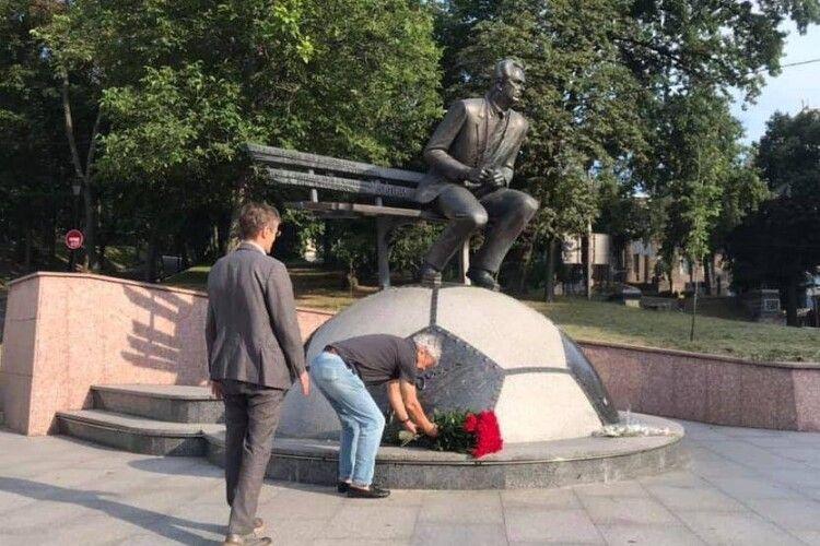 Прилетівши до Києва, Мірча Луческу першим ділом поклав величезний букет червоних троянд до пам'ятника Валерію Лобановському