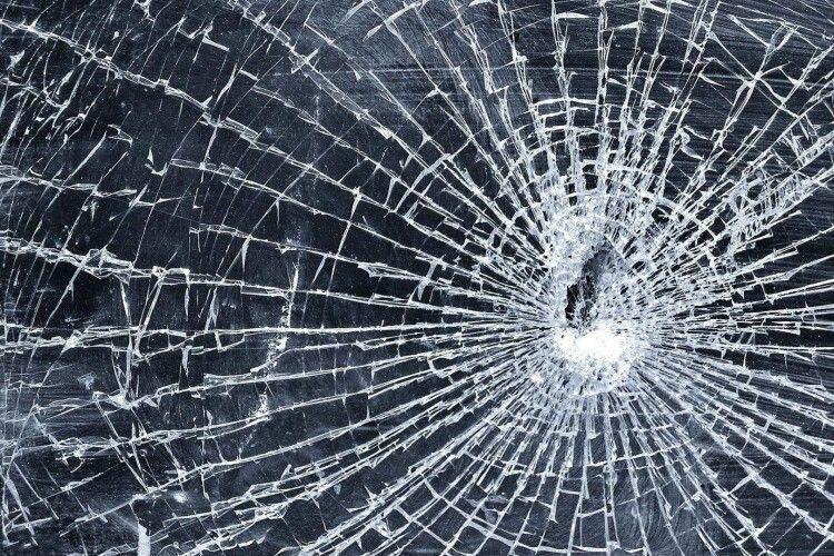 У горохівському ліцеї невідомий розбив скло