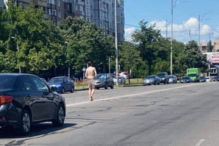 «Просто спекотно»: трасою розгулював голий чоловік (Відео)