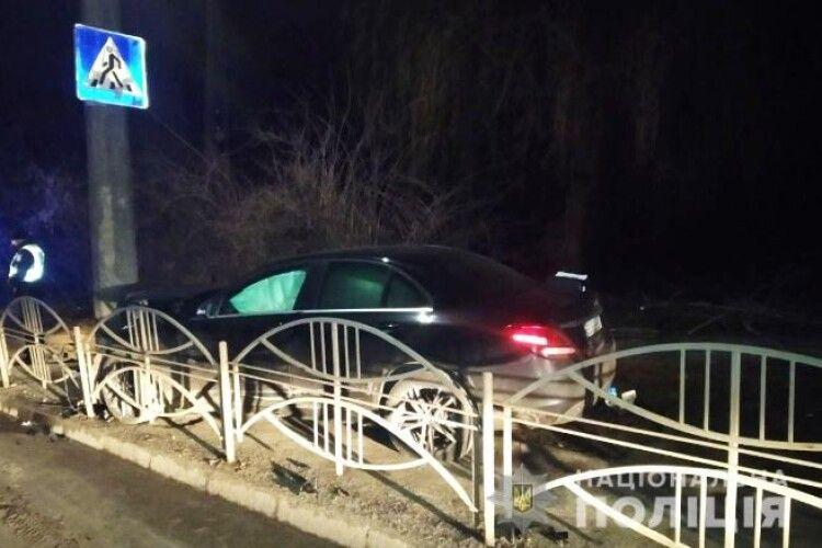 У Луцьку Mercedes влетів у стовп: постраждала водійка (Фото)