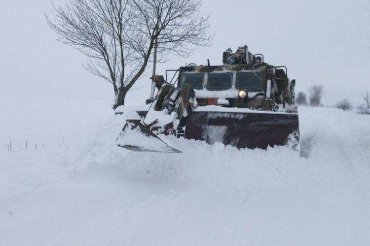 У громаді на Волині сніг на дорогах горне військова техніка (Фото)